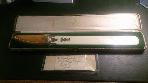 Musealer Brieföffner aus Elfenbein und Büffelhorn