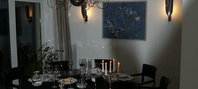 Esszimmertisch mit Stühlen und Deckenleuchter