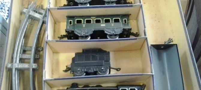 KB (Karl Bub) Eisenbahn zum Aufziehen im Originalkarton, mit großem Schienenkonvolut
