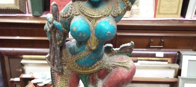 Asiatische Holzskulptur: Tempeltänzerin